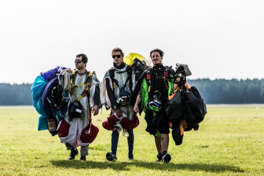 Wingsuit Acrobatic ist in den Wettbewerb gestartet.